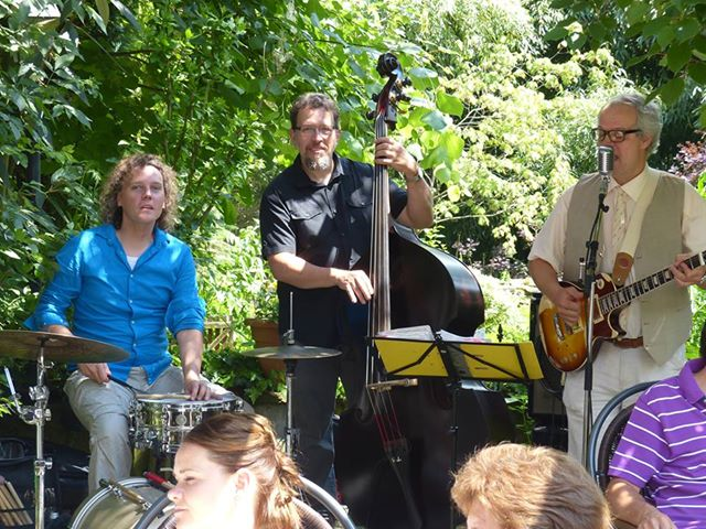 Die PlugAndPlay-Band bei einer Garten-Party (Betriebs-Jubiläum) in der Region Weinheim.