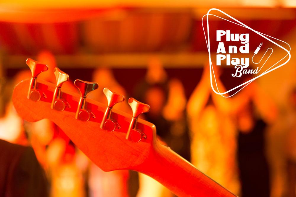 Gitarre, Publikum und Logo der PlugAndPlay-Band (Live-Musik für Event, Firmenevent, Hochzeit, Geburtstag u. v. m.)