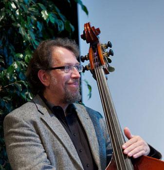 Foto Johannes Schaedlich in Kaiserslautern 12102012 - Bassist der PlugAndPlay-Band - Live Musik von Firmen-Event bis Hochzeit.