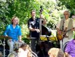 Die Band bei einem Praxisjubiläum in einem sommerlichen Innenhof.