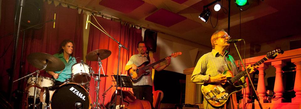 Die PlugAndPlay-Band bei einem Club-Auftritt in Karlsruhe.